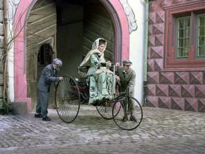Berta Benz, Ehefrau des Automobil-Erfinders Carl Benz mit ihren Söhnen auf dem Weg zur ersten Autofernfahrt der Geschichte mit dem Benz Patent Motorwagen. (Filmszene von 1988). Foto: Mercedes-Benz Classic