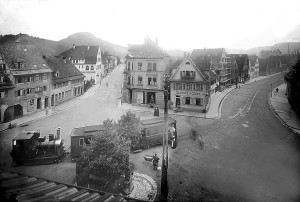 Burgplatz mit ÖPNV anno 1909: Links im Hintergrund vor dem Achalmpanorama das 1906 bezogene Verlagsgebäude des Reutlinger General-Anzeigers. Vorn: Das »Büchelesbähnle« fuhr bis 1912 vom