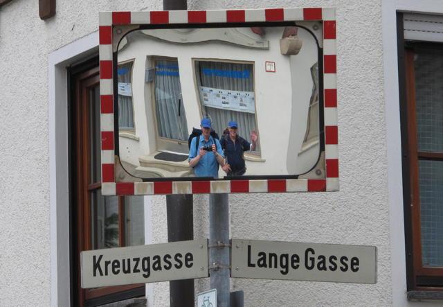 Die beiden Wanderer im Dettinger Spiegel. Foto: Zenke