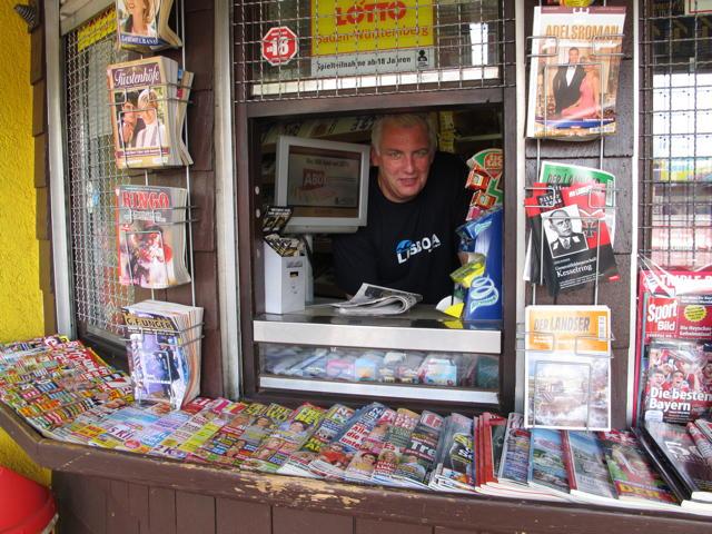 Karl-Heinz Reuter in seinem Metzinger Kiosk. Foto: Zenke