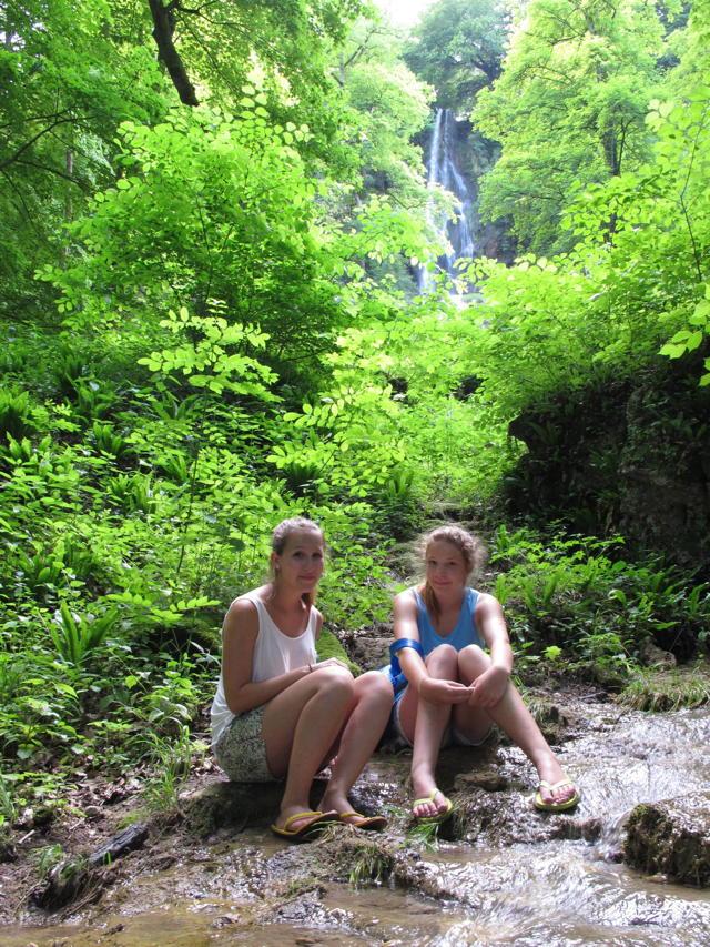 Chiara und Kathrin sind mal schnell zum Uracher Wasserfall gelaufen, weil es hier voll schön kühl ist. Foto: Zenke