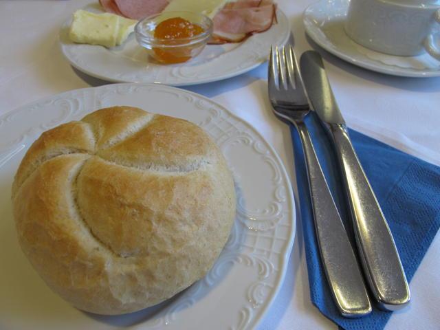 Das Frühstück im Landhotel Hirsch ist reichhaltig und überzeugt. Foto: Zenke