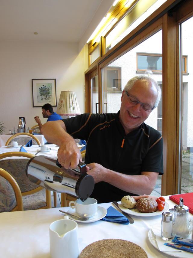 Philipp und die Kaffeekanne - das war keine Liebe auf den ersten Dreh. Foto: Zenke