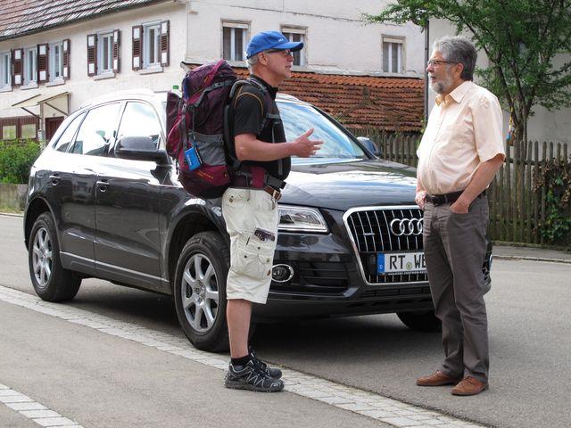 Guten Morgen ihr Wanderer: St. Johanns Bürgermeister Eberhard Wolf sieht uns, und hält mit seinem dunklen SUV kurz an, um uns eine angenehme Wanderung zu wünschen. Foto: Zenke