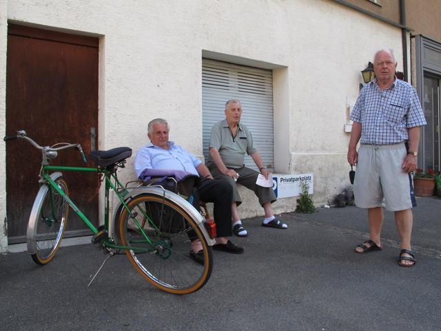Drei Betzinger, die das Leben im Schatten genießen (von links): Werner Bauer, Wilhelm Maier und Peter Lindenblatt. Foto: Zenke