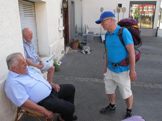 Sie sind Redakteur? Ja, und ich wandere. Philipp Förder im Gespräch mit den Betzingern. Foto: Zenke