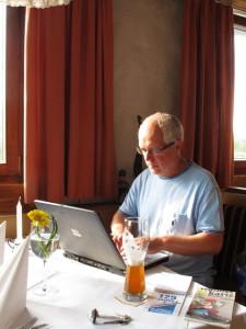 Philipp schreibt seinen Bericht fürs Blatt in der Klostermühle direkt ins Redaktionssystem. Foto: Zenke