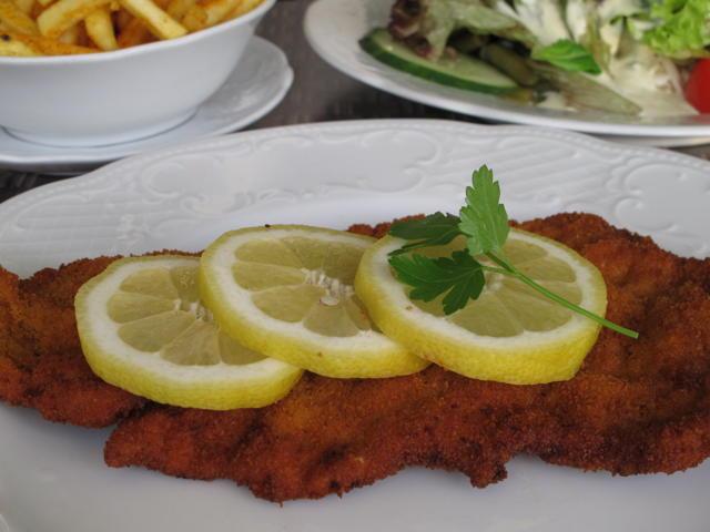 Lecker: Wiener Schnitzel, dazu Pommes und Salat in der Klostermühle. Foto: Zenke