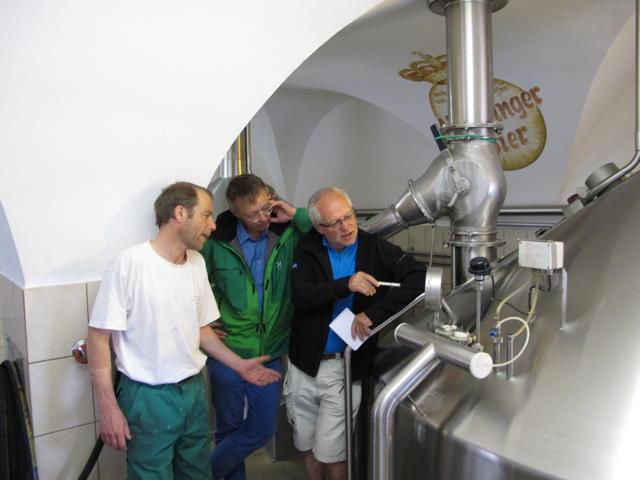 In Fischer's Brauhaus Mössingen zeigt uns Braumeister Jörg Ruf (links) den Sudkessel. Foto: Andrea Fischer