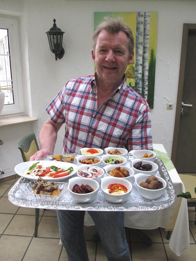 Gerhard Mayer vom Landgasthof Mayer's Waldhorn in Mähringen serviert uns leckere Kleinigkeiten. Foto: Zenke
