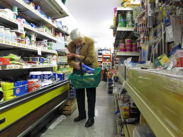 Der Bernlocher Laden steckt nicht nur voller Waren, sondern auch voller Wärme und Menschlichkeit. Foto: Zenke
