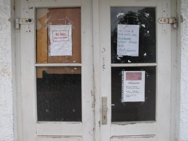 Ein Zettel von Sandra an der Eingangstür zum Engstinger Jugendhaus macht bekannt: Kickboxen fällt aus. Foto: Zenke