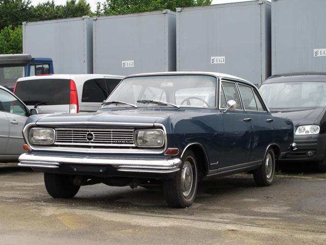 Der Opel Rekord B auf dem Hof des Bernlocher Autohändlers ist ebenfalls ein Klassiker. Foto: Zenke
