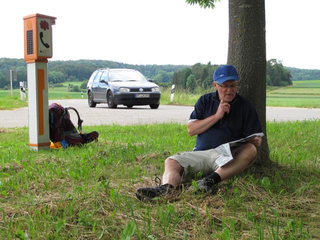 Irgendwo zwischen Oberstetten und Steinhilben ist es Zeit zu Rasten. Die Autofahrer wissen ja garnicht, wie bequem sie es haben. Foto: Zenke