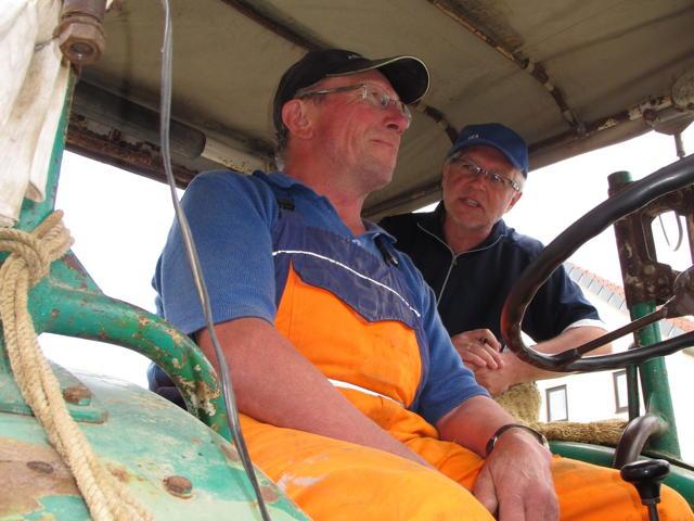 Unser Held des Tages ist Hubert Klingelstein, der uns auf seinem Traktor die letzten Kilometer bis nach Trochtelfingen mitnimmt. Foto: Zenke
