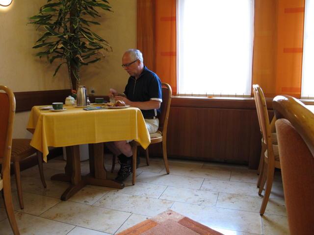 """""""Köstliches Müsli"""" sagt Philipp beim Sonntagsfrühstück im Trochtelfinger Rössle. Foto: Zenke"""