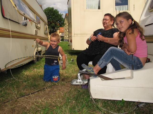 Ricardo (6) zeigt uns seinen Lasso-Trick. In der Mitte Oma Monika Bügler, rechts  Schwester Anjalie (7). Foto: Zenke