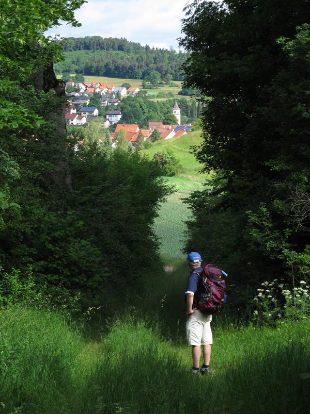Bezaubernde Lichtstimmung auf dem Weg nach Erpfingen. Aus der Ferne hören wir läutende Kirchenglocken. Foto: Zenke