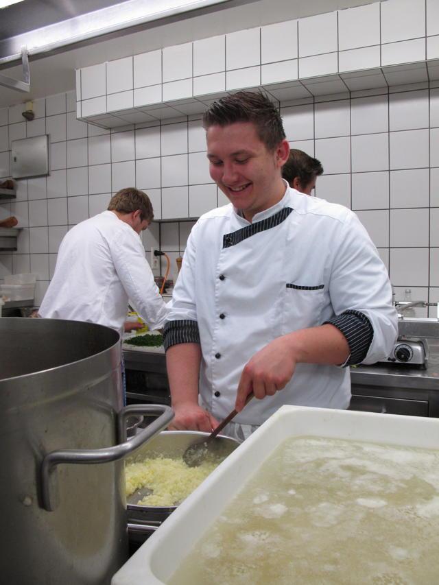 Pascal Martini bereitet eine Zwiebelschmelze im Restaurant Hirsch zu. Foto: Zenke