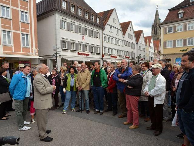 Professor Dr. Eugen Wendler (grauer Anzug) begrüßt die 125 Teilnehmer der GEA-Leser-Aktion auf dem Reutlinger Marktplatz. Anschließend startete die Führung durch die Innenstadt. Foto: Markus Niethammer