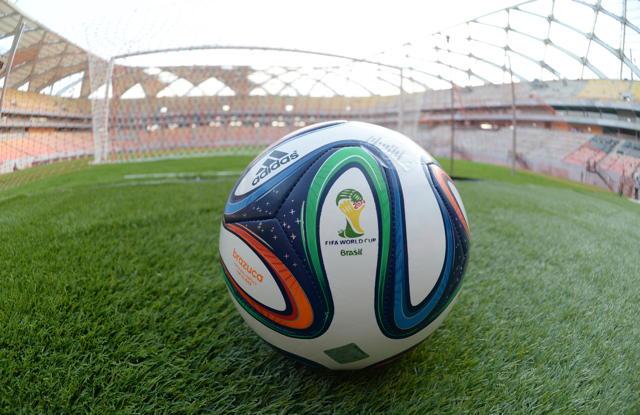 Ein Brazuca-Fußball liegt im Stadion «Arena Amazonia»  in der brasilianischen Stadt Manaus. Foto: Marcus Brandt/dpa