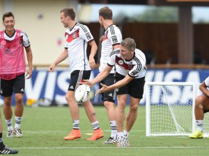 Will nicht nur beim Rugbyspielen Spaß haben: Bastian Schweinsteiger (vorne) darf heute gegen die USA auf eine Nominierung für die Startelf hoffen. FOTO: dpa