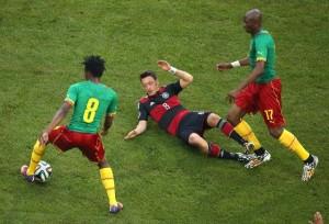 Mesut Özil (Mitte) am Boden. Der Nationalspieler vom FC Arsenal blieb weit hinter den Erwartungen zurück.  Foto: Rolf Vennenbernd/dpa