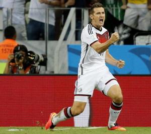 Miroslav Klose jubelt über seinen Treffer zum 2:2.  Foto: dpa/Sergey Dolzhenko