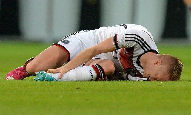 Marco Reus hat sich am linken Sprunggelenk verletzt und ist zur Untersuchung in ein Krankenhaus gebracht worden. Foto: Thomas Eisenhuth/dpa
