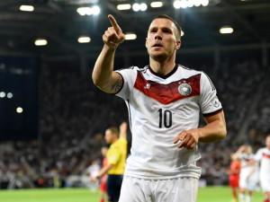 Das deutsche Nationaltrikot: Lukas Podolski hat es schon lange. Foto: Thomas Eisenhuth/dpa