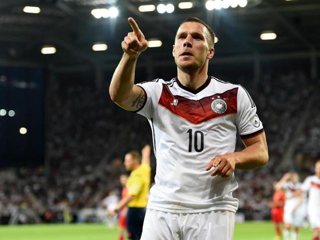 Deutschlands Lukas Podolski jubelt über seinen Treffer zum 2:1. Foto: Thomas Eisenhuth/dpa