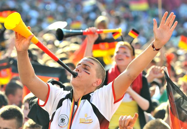 Fußballfans feiern die deutsche Nationalmannschaft. Archivfoto: Boris Roessler/dpa