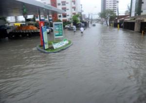 Wolkenbruchartige Regenfälle setzen Recife unter Wasser. Foto: Thomas Eisenhuth/dpa