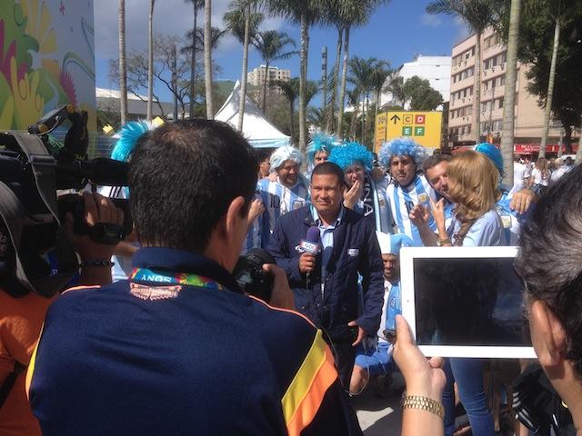 Interviews mit den Argentiniern vor dem Maracaná, kaum ein Durchkommen, Menschen, so weit das Auge reicht. Foto: Christoph Fischer