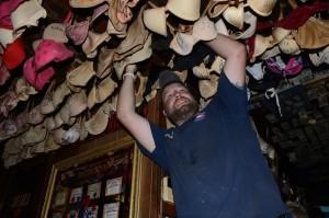 Wie cool ist das denn? Der Barkeeper mit einem Himmel aus Büstenhaltern. Foto: Hans Jörg Conzelmann