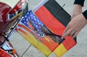 Weht hinter den Motorrädern: die Route-66-Flagge, hinterlegt mit schwarz-rot-gold. Foto: co