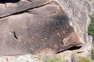 Newspaper Rock: Rätselhafte Gravuren im Fels verkünden Nachrichten, die kein Mensch versteht. Foto: co