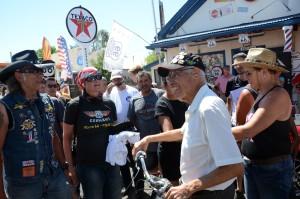 Immer freundlich: der legendäre Barbier (89) und Mitglieder der GEA-Leserreise; links der Präsident des uns begleitenden Clubs Route 66 Germany, Wolfgang Werz und seine Frau Anja. Foto: co