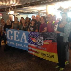 Gruppenbild mit Fahne auf dem Airport. Foto: Hans Jörg Conzelmann