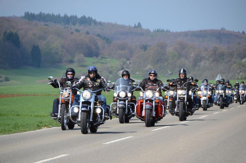 Ist das der Weg nach Amarillo? Die Mitglieder von »Route 66 Germany« unterwegs auf der Schwäbischen Alb. Archivfoto: Hans Jörg Conzelmann