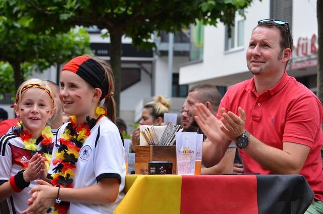 Public Viewing vor der Markthalle in Reutlingen - und für diese beiden kleinen Fußballfans gibt's auch ein kleines Bildhonorar vom GEA-Fotoreporter. Foto: (zen)