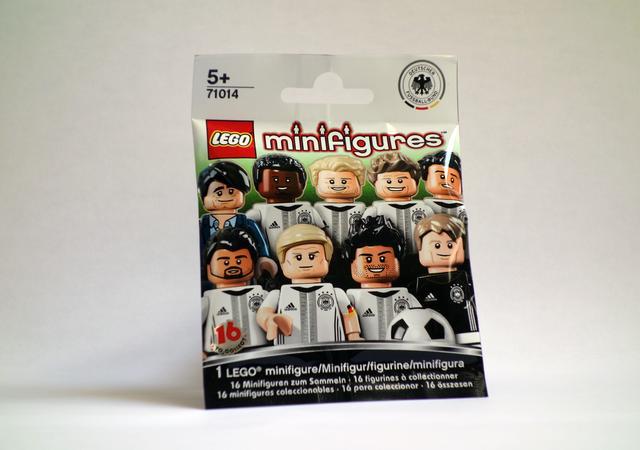 Kann eine Plastiktüte sportlicher sein? Nein! In jeder Tüte der Lego Minifigures steckt ein kleiner Spieler drin. GEA-FOTO: (ZEN)