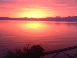 Morgenrot über dem Genfer See.